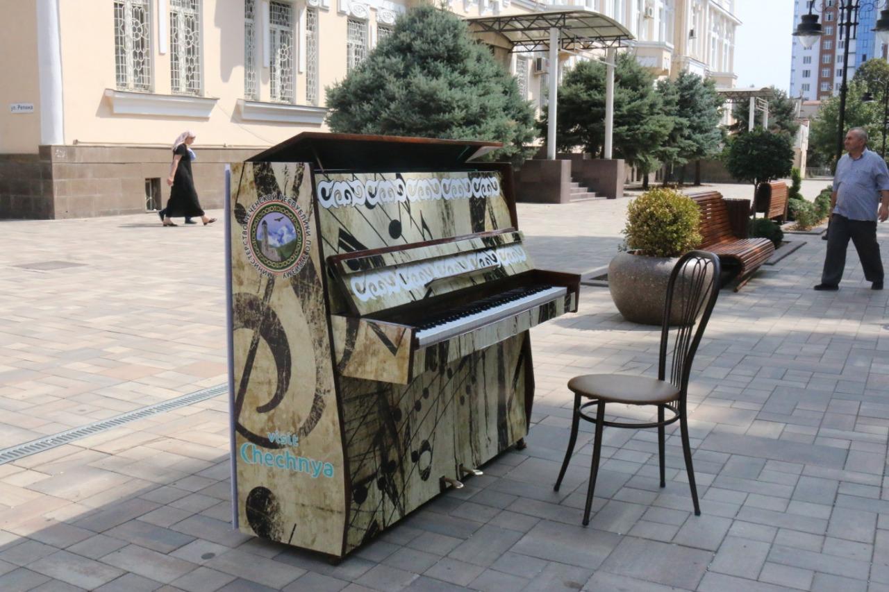 Пианино в центре Грозного